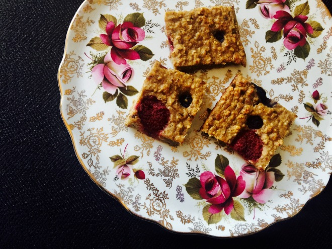 healthy blueberry and raspberry oat bar bites