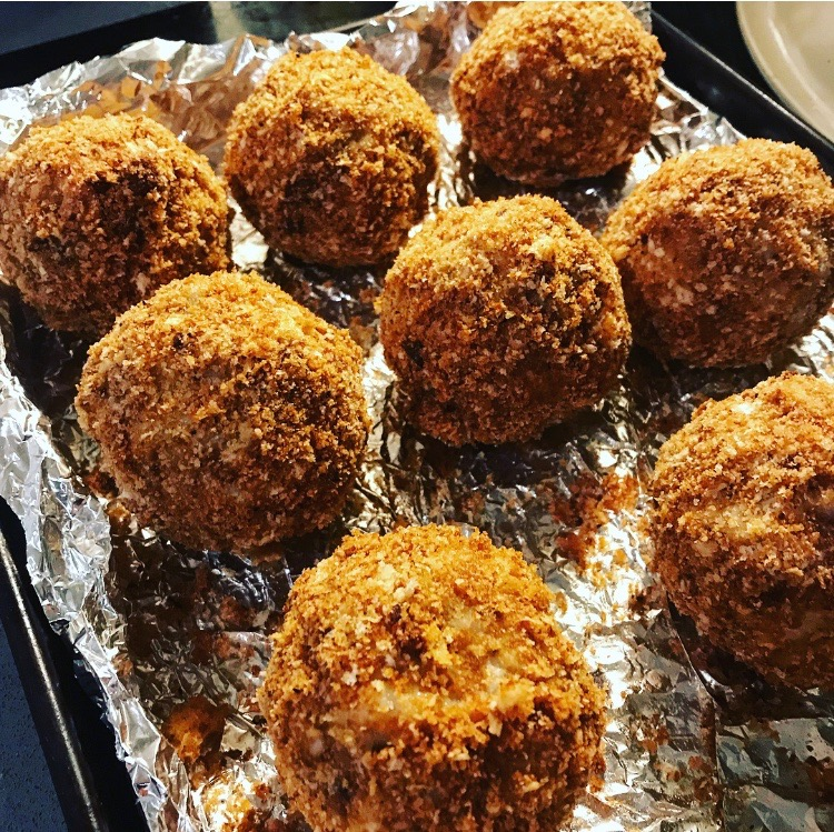 how to make arancini, oven baked arancini recipe, blue cheese arancini, mushroom and bacon arancini, can you make arancini in the oven, easy arancini recipe, how to turn risotto into arancini, what to do with risotto leftovers